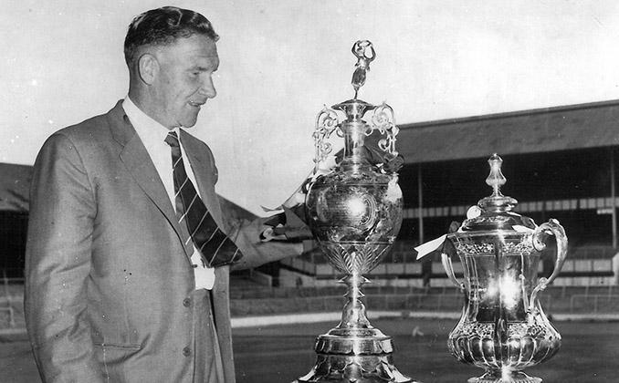 Bill Nicholson junto a los trofeos de FA Cup y First División de la temporada 1960-1961 - Odio Eterno Al Fútbol Moderno