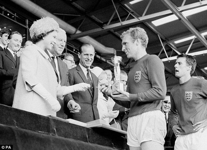 Bobby Moore recibiendo el Copa Jules Rimet en el Royal Box del Estadio de Wembley - Odio Eterno Al Fútbol Moderno