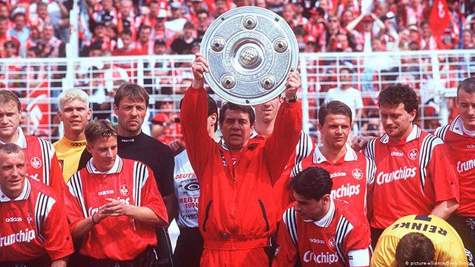 Otto Rehhagel levanta el trofeo de campeón de la Bundesliga conquistado con el FC Kaiserslautern en 1998 - Odio Eterno Al Fútbol Moderno
