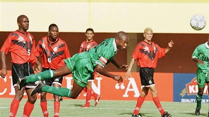 KalushaBwalya cabeceando un balón con la selección de Zambia - Odio Eterno Al Fútbol Moderno