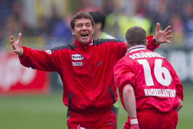 Otto Rehhagel celebra un tanto del Kaiserslautern junto a Schjönberg - Odio Eterno Al Fútbol Moderno