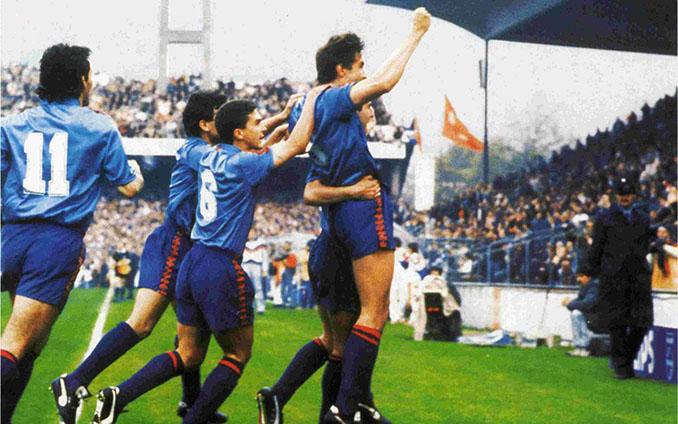 Jugadores del FC Barcelona celebrando el gol de Salinas en la final de la Recopa de 1989 - Odio Eterno Al Fútbol Moderno