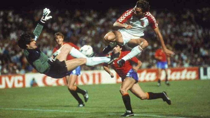 Arconada y Elkjaer Larsen en el España vs Dinamarca de la Eurocopa '84 - Odio Eterno Al Fútbol Moderno