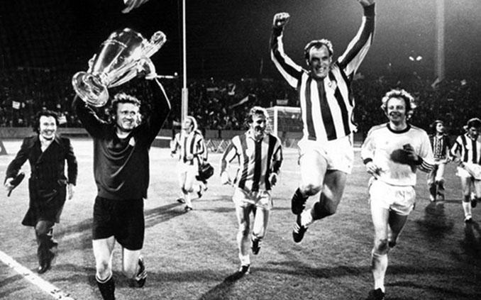 Jugadores del Bayern de Múnich celebrando la Copa de Europa de 1974 - Odio Eterno Al Fútbol Moderno