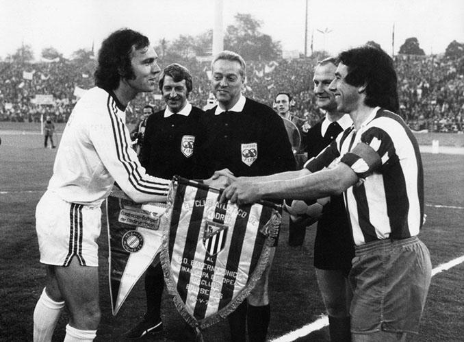 Beckenbauer y Adelardo en los prolegómenos del Atlético de Madrid vs Bayern de Múnich de 1974 - Odio Eterno Al Fútbol Moderno