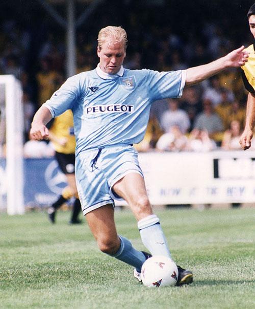 David Busst durante un partido con el Coventry City - Odio Eterno Al Fútbol Moderno