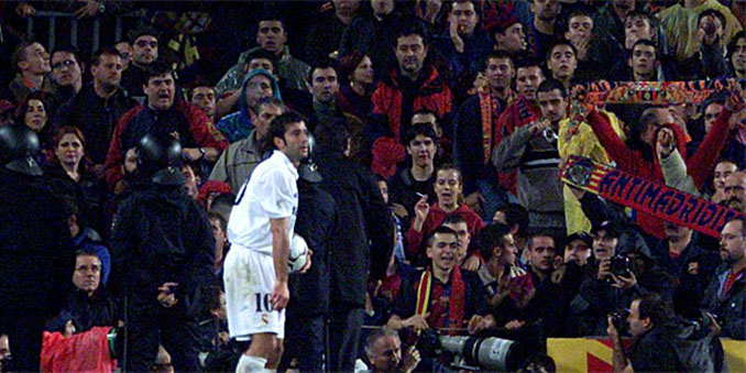 Figo durante su segunda visita al Camp Nou con el Real Madrid - Odio Eterno Al Fútbol Moderno