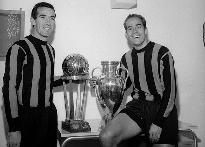 Armando Picchi y Luis Suárez posando con la Intercontinental y la Copa de Europa - Odio Eterno Al Fútbol Moderno
