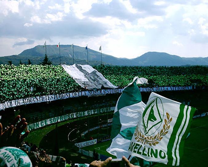 Afición del US Avellino en el Stadio Partenio-Adriano Lombardi - Odio Eterno Al Fútbol Moderno
