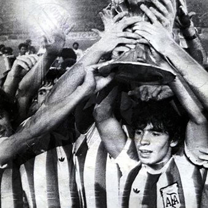 Maradona levantando el trofeo de campeón mundial juvenil en 1979 - Odio Eterno Al Fútbol Moderno