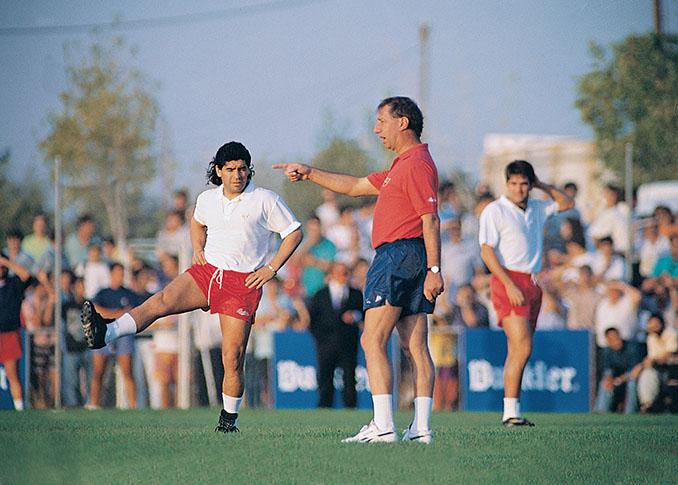 Maradona durante un entrenamiento a las órdenes de Bilardo en Sevilla - Odio Eterno Al Fútbol Moderno