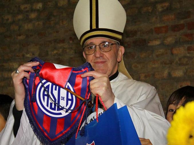 Francisco I luciendo el escudo de San Lorenzo de Almagro - Odio Eterno Al Fútbol Moderno