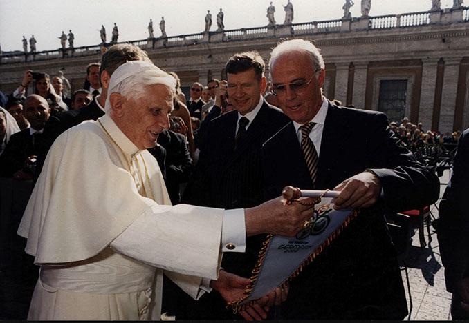 Benedicto XVI con Frank Beckenbauer - Odio Eterno Al Fútbol Moderno