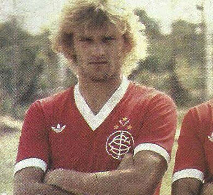 Cléo Hickman con la camiseta de Internacional - Odio Eterno Al Fútbol Moderno