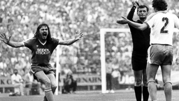 Luca muestra tarjeta amarilla a Norbert Siegmann ante la indignación de Ewald Lienen - Odio Eterno Al Fútbol Moderno