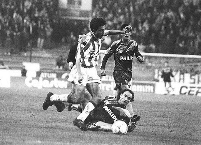 Juanele en un partido de la UEFA con el Sporting de Gijón - Odio Eterno Al Fútbol Moderno