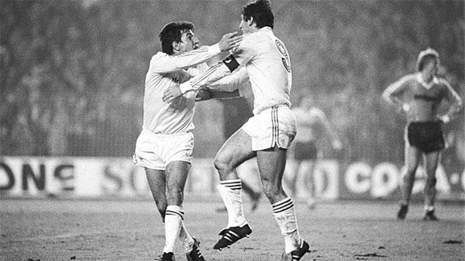 Juanito y Santillana celebrando la remontada ante el Borussia Mönchengladbach - Odio Eterno Al Fútbol Moderno
