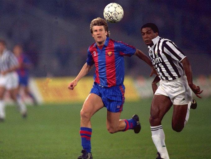 Laudrup y julio César pelean un balón en el Barcelona vs Juventus de 1991 - Odio Eterno Al Fútbol Moderno