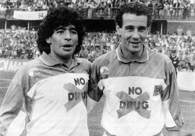 Maradona y Julio Alberto durante uno de los famosos partidos contra las drogas - Odio Eterno Al Fútbol Moderno