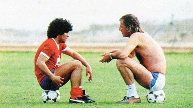 Maradona y Menotti charlando durante un entrenamiento - Odio Eterno Al Fútbol Moderno