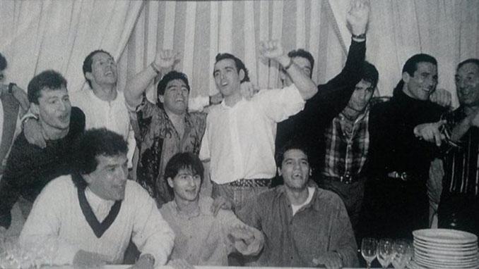 Maradona con varios jugadores del Sevilla en su cumpleaños - Odio Eterno Al Fútbol Moderno