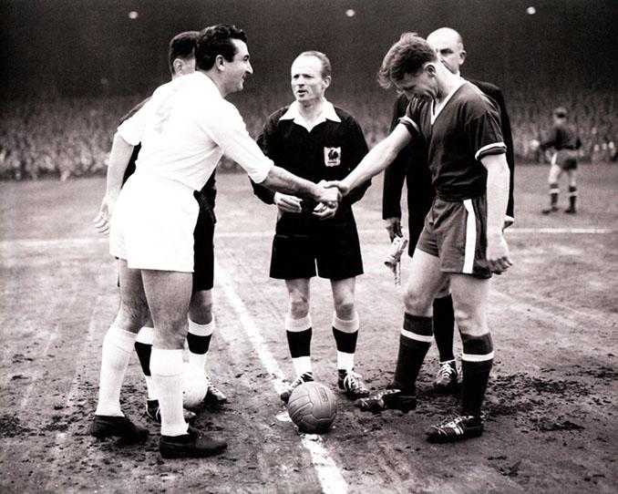 Miguel Muñoz y Duncan Edwards antes del Manchester United vs Real Madrid de 1957 - Odio Eterno Al Fútbol Moderno