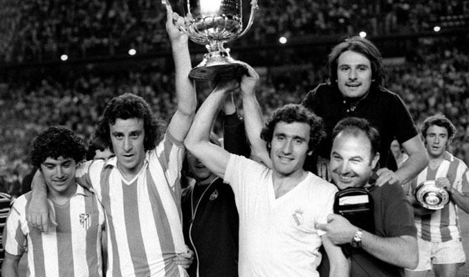 Jugadores del Real Madrid celebrando el título de Copa en el Estadio Vicente Calderón - Odio Eterno Al Fútbol Moderno
