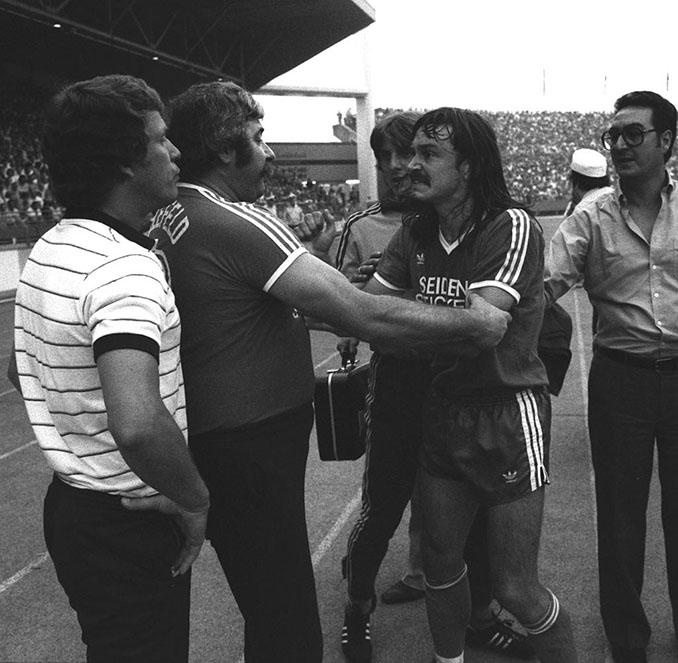 Ewald Lienen encarándose con Otto Rehhagel tras recibir la dura entrada - Odio Eterno Al Fútbol Moderno