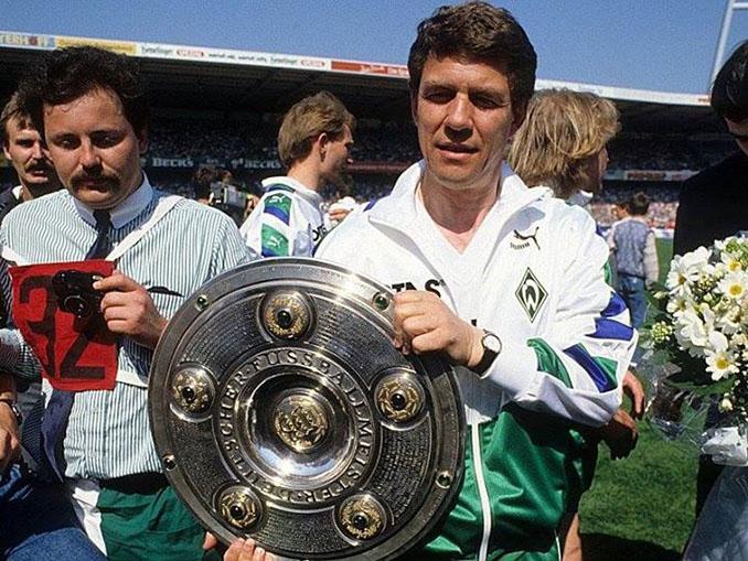 Otto Rehhagel con una de las 2 Bundesligas que ganó con el Werder Bremen - Odio Eterno Al Fútbol Moderno