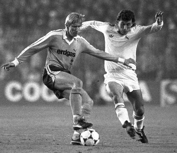 Valdano pelea el balón en el Real Madrid vs Borussia Mönchengladbach de 1985 - Odio Eterno Al Fútbol Moderno