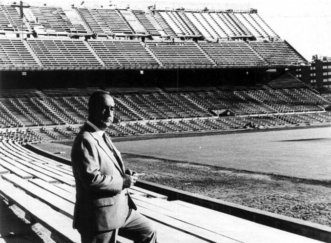 El presidente Vicente Calderón en el estadio que lleva su nombre - Odio Eterno Al Fútbol Moderno