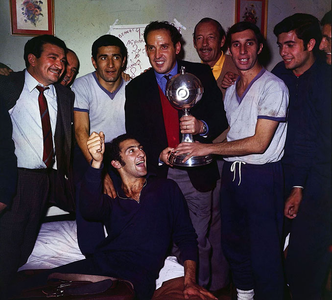 Zubledia junto a Bilardo y otros miembros de Estudiantes celebrando la Copa Libertadores - Odio Eterno Al Fútbol Moderno
