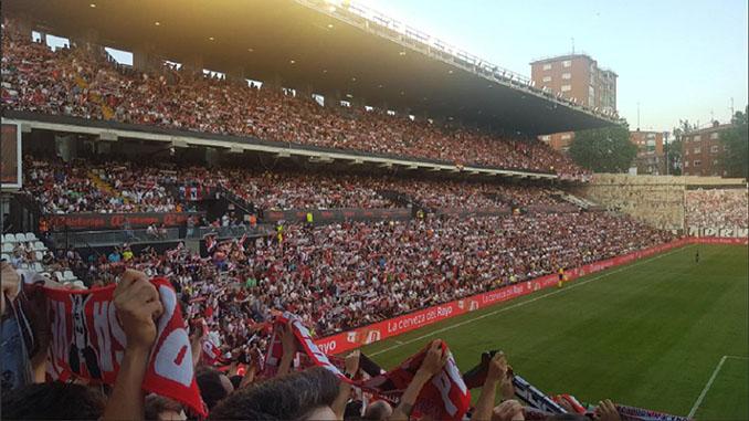 Aficionados en el Estadio de Vallecas - Odio Eterno Al Fútbol Moderno