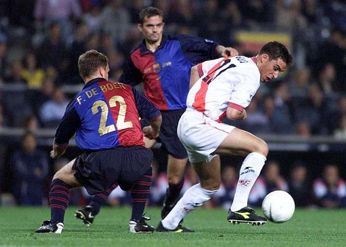 Bolo controla el balón en el FC Barcelona vs Rayo Vallecano de la 1999-2000 - Odio Eterno Al Fútbol Moderno