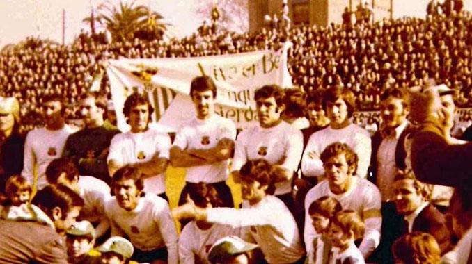 Jugadores del Betis con la camiseta blanca el UE Sant Andreu - Odio Eterno Al Fútbol Moderno