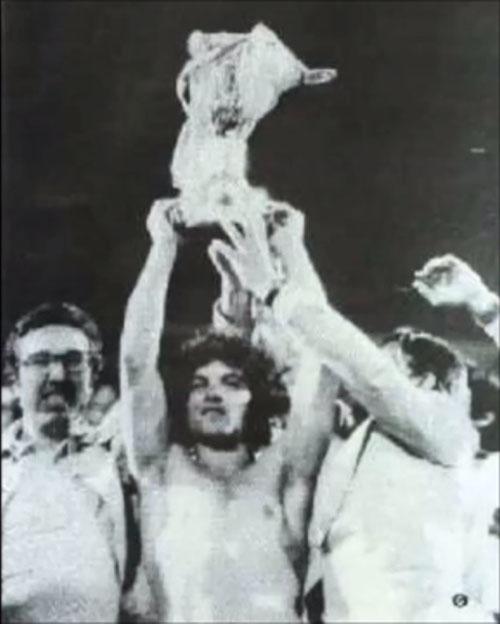 Vasilis Hatzipanagis levantando la Copa de Grecia de 1976 - Odio Eterno Al Fútbol Moderno