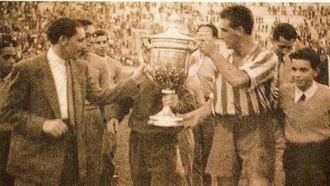 Jugadores del Atlético de Madrid con la Copa Presidente de la RFEF - Odio Eterno Al Fútbol Moderno