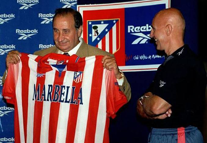 Gil con la camiseta del Atlético publicitando Marbella - Odio Eterno Al Fútbol Moderno