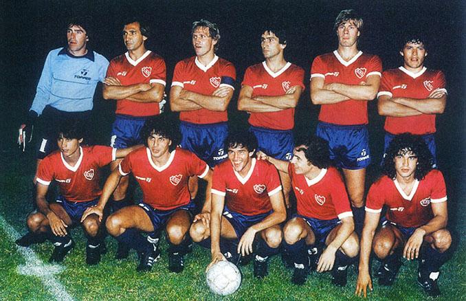 Carlos Enrique (primero por la derecha en la fila superior) en el once de CA Independiente - Odio Eterno Al Fútbol Moderno