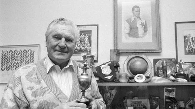 Josef Bican posando junto a sus trofeos - Odio Eterno Al Fútbol Moderno