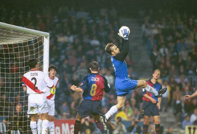 Lopetegui atrapa un balón en el FC Barcelona vs Rayo Vallecano de la 1999-2000 - Odio Eterno Al Fútbol Moderno