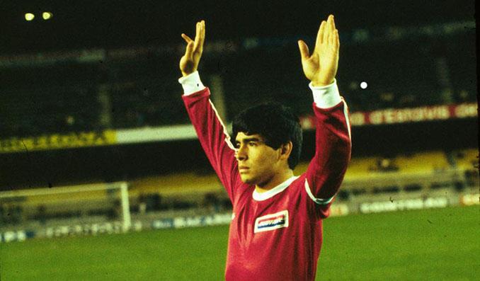 Maradona con la camiseta de Argentinos Juniors - Odio Eterno Al Fútbol Moderno