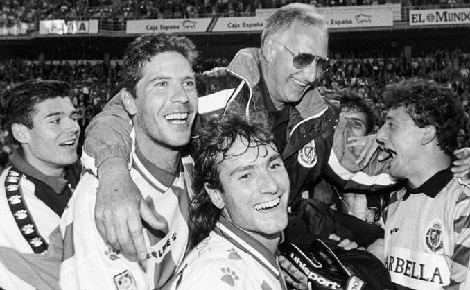Vicente Cantatore celebra con los jugadores del Real Valladolid la clasificación para la Copa de la UEFA - Odio Eterno Al Fútbol Moderno