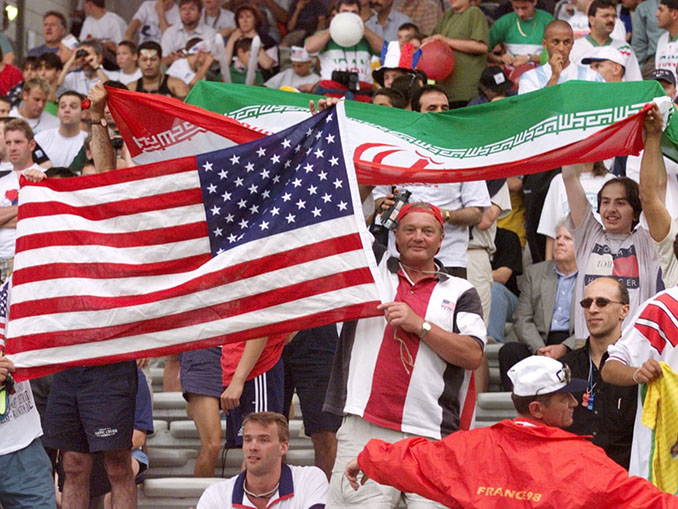 Aficionados durante el Estados Unidos vs Irán de 1998 - Odio Eterno Al Fútbol Moderno