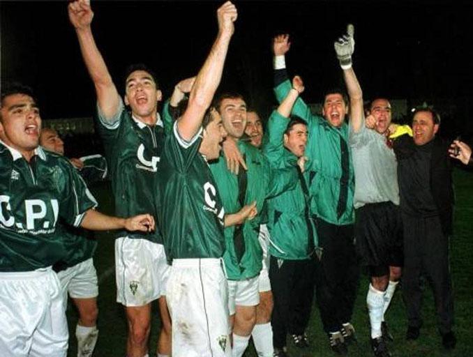 Futbolistas del Toledo celebrando la victoria ante el Real Madrid - Odio Eterno Al Fútbol Moderno