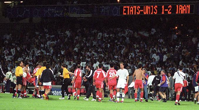 Jugadores de Estados Unidos e Irán al final del partido que les enfrentó en el Mundial '98 - Odio Eterno Al Fútbol Moderno