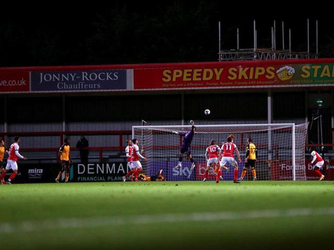 Tom King marcó el gol más lejano de la histoiria en el Cheltenham vs Newport - Odio Eterno Al Fútbol Moderno