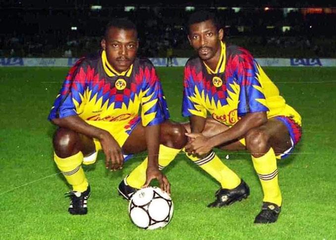 Kalusha Bwalya y François Omam-Biyik en el Club América - Odio Eterno Al Fútbol Moderno