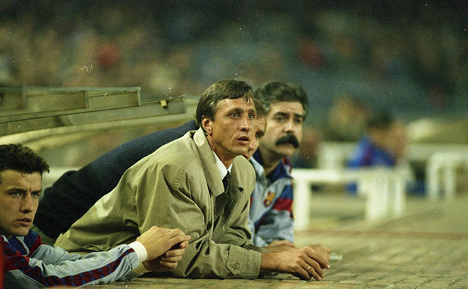 Johan Cruyff en el banquillo del Camp Nou - Odio Eterno Al Fútbol Moderno