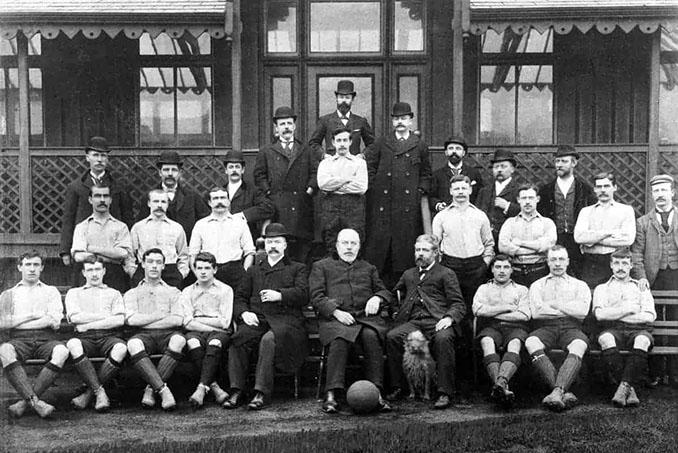 John Houlding (abajo en el centro) presidente del Everton y fundador del Liverpool - Odio Eterno Al Fútbol Moderno
